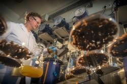Marcell Nikolausz testet im Labor, wie die Biogasproduktion über die Fütterungsfrequenz gesteuert werden kann. Foto: UFZ / André Künzelmann