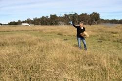 Eine Wissenschaftlerin bringt Nährstoffe auf einer Versuchsfläche des Nutrient Network in Australien (Yarramundi) aus, um die Auswirkungen auf die biologische Vielfalt zu testen. Foto: Raul Ochoa Hueso