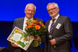 UFZ-Geschäftsführer Prof. Georg Teutsch (re.) würdigt die Leistung von Gründungsdirektor Prof. Peter Fritz und gratuliert ihm nachträglich zu seinem 80. Geburtstag. Foto: Klaus-Dieter Sonntag