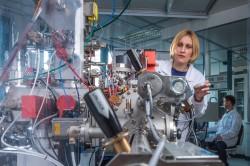 Die NanoSIMs ist ein Sekundärionen-Massenspektrometer mit einer räumlichen Auflösung von bis zu 50 Nanometern. Diese hohe Auflösung und ihre Massenempfindlichkeit ermöglichen es, Elemente und Isotope an Oberflächen von Zellen sowie chemische Veränderungen in Zellen gut nachzuweisen. Dr. Niculina Musat und Dr. Hryhoriy Stryhanyuk bei der Proben-Analyse. Foto: UFZ / André Künzelmann