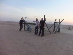 Dr. Jan Friesen (UFZ), Dr. Thomas Müller (UFZ) und Nils Michelsen (TU Darmstadt) installieren bis Ende Juni im Oman sieben Autosampler. Foto: UFZ / André Künzelmann