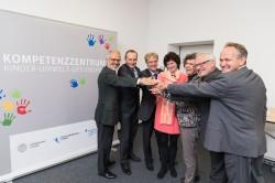 v.l.n.r.:  Prof. Dr. Wolfgang E. Fleig (Vorstand UKL), Prof. Dr. Michael Schaefer (Universit�tsmedizin), Prof. Dr. Wieland Kiess (UKL/ Leiter LIFE Child), Dr. Eva Maria Stange (Wissenschaftsministerin Sachsen), Prof. Dr. Beate Sch�cking  (Rektorin Uni Leipzig), Prof. Dr. Georg Teutsch (Wiss. Gesch�ftsf�hrer UFZ), Prof. Dr. Martin von Bergen (UFZ) Foto: Universit�t Leipzig, Christian Hueller