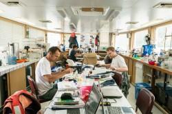 """Zur Forschungsexpedition """"Joint Danube Survey 3"""" wurden 2013 auf der Donau tausende Proben zusammengetragen. Im Schiffslabor unter Deck wurden erste Vor-Ort-Analysen gemacht bzw. Proben aufbereitet und konserviert. Foto: UFZ / André Künzelmann"""