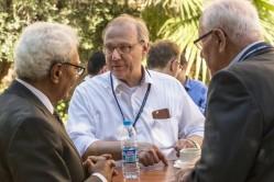 Prof. Dr. Roland A. Müller (Mitte) im Gespräch mit Hamed Bakir (WHO) (links) und Prof. Emeritus Dr. Heinz Hötzl (KIT) (rechts) am Rande der Abschlusskonferenz SMART/NICE im April 2018 in Amman, Jordanien. Foto: André Künzelmann, UFZ