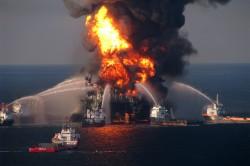 Anstatt giftige Dispersionsmittel könnten künftig Bakterien bei Bekämpfung von Ölkatastrophen helfen. Foto: U.S. Coast Guard