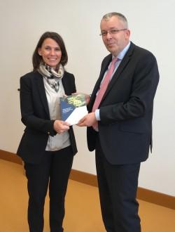 Parlamentarische Staatssekretärin Rita Schwarzelühr-Sutter und Prof. Bernd Hansjürgens Foto: BMU/Christin Heidmann