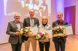 V.l.n.r.: Prof. Dr. Georg Teutsch (Wissenschaftlicher Geschäftsführer des UFZ) mit den Preisträgern Prof. Frank Wätzold (Ökonom, jetzt an der  BTU Cottbus), Dr. Karin Johst (theoretische Ökologin) und Dr. Dr. Martin Drechsler (theoretischer Ökologe und Ökonom). Foto: UFZ / Klaus-Dieter Sonntag