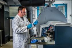 Florin Musat an einem hoch auflösenden Massenspektrometer. Mit diesem Gerät konnte er den Stoffwechselweg von Candidatus Argoarchaeum ethanivorans entschlüsseln. Foto: André Künzelmann / UFZ