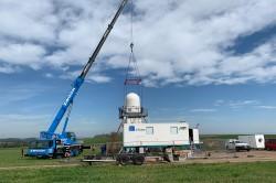 Mobile Messinfrastruktur KITcube: Mithilfe eines Autokrans wird das Niederschlagsradar im Müglitztal/Sachsen installiert. Foto: Andreas Wieser / KIT
