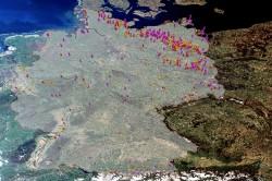Deutschlandweites Auftreten von Blaualgen im Juli/August 2018. Datengrundlage: EOMAP satellitengestütze Cyanobakterien-Analytik (HAB-Indikator, rot und pink = erhöhte Wahrscheinlichkeit; gelb = unkritisch). Foto: Karte: Sentinel-3 Data
