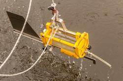 Entnahme von Wasserproben mit einem Horizontal-Wasserschöpfer Foto: André Künzelmann / UFZ