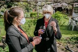 Bundesforschungsministerin Anja Karliczek führt gemeinsam mit Luise Ohmann vom UFZ Bodenuntersuchungen durch. Foto: BMBF/Wissenschaftsjahr