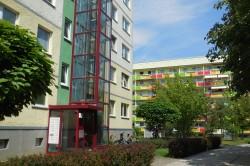 Der �berwiegende Teil des Wohnungsbestands in Leipzig-Gr�nau ist mittlerweile saniert. Entscheidendes Qualit�tsmerkmal f�r die Bewohner:innen ist die Verf�gbarkeit eines Aufzugs.